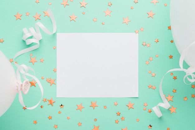Frame met gouden confetti sterren op blauwe achtergrond Gratis Foto