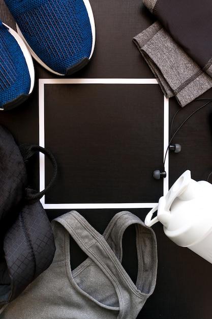 Frame met het beeld van een sportuniform, schoenen, rugzak, tops, tieten, shaker, koptelefoon Premium Foto