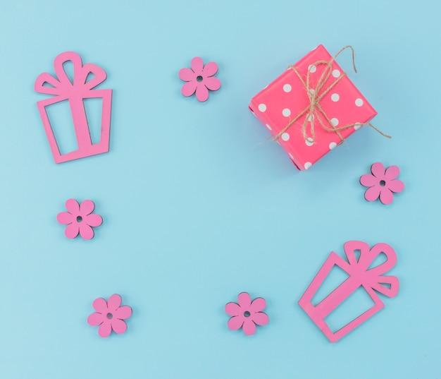 Frame met huidige dozen en bloemen Gratis Foto
