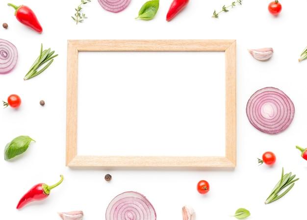 Frame met ingrediënten en kruiden op tafel Gratis Foto