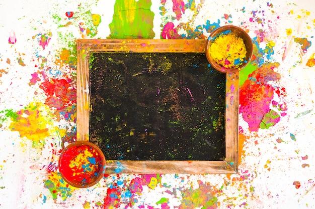 Frame met kleuren in kommen tussen heldere, droge kleuren Gratis Foto