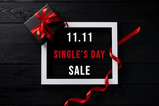 Frame met singles day sale en geschenkdoos Premium Foto