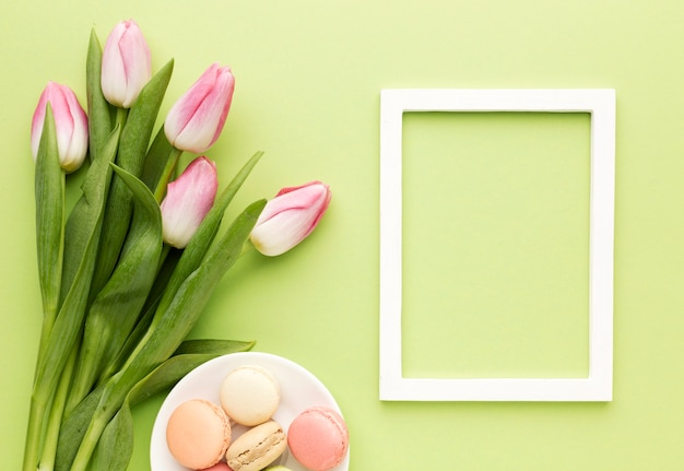 Frame met tulpen naast Gratis Foto