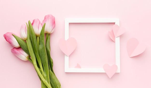 Frame met tulpenboeket naast Gratis Foto