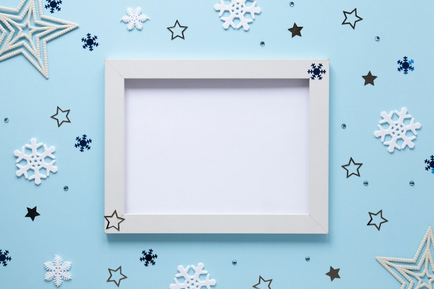 Frame mock-up met kerstversiering Gratis Foto