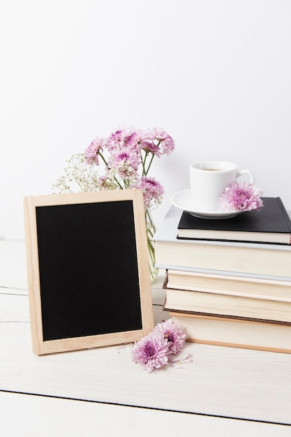 Frame mock-up naast boeken Gratis Foto