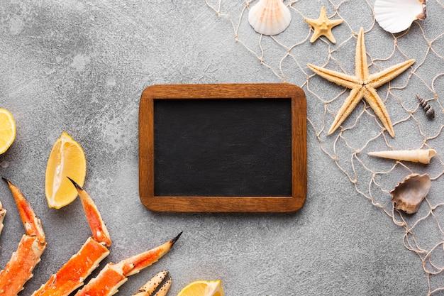 Frame omringd door zeevruchten op tafel Gratis Foto