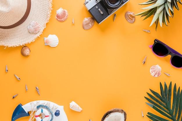 Frame van camera, shells, strohoed en vruchten Gratis Foto