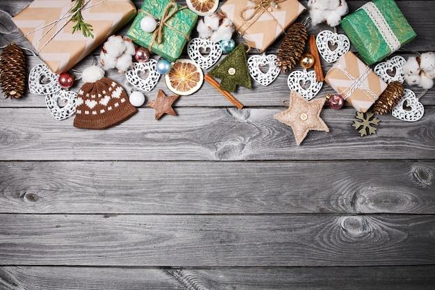 Frame van de kerstversiering op een oude houten tafel. feestdagen kerstmis achtergrond Premium Foto