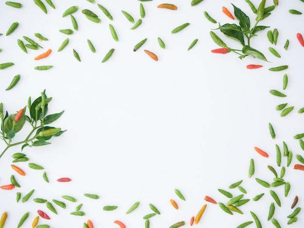 Frame van hete chili groen en rood. Premium Foto