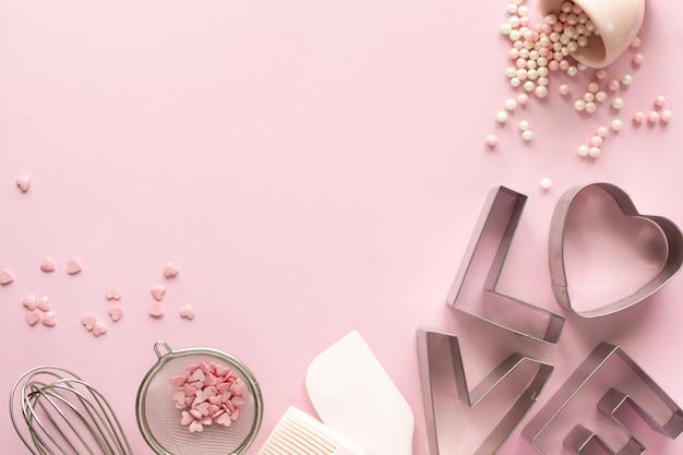 Frame van voedselingrediënten voor het bakken op een zacht roze pastel. bakken concept. Premium Foto
