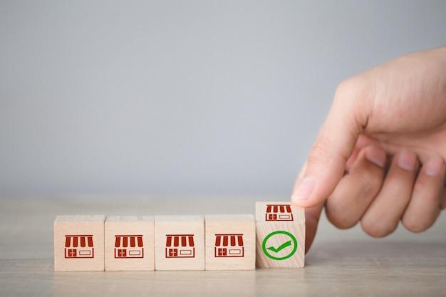 Franchise bedrijfsconcept, hand kiezen hout blog met franchise marketing. Premium Foto