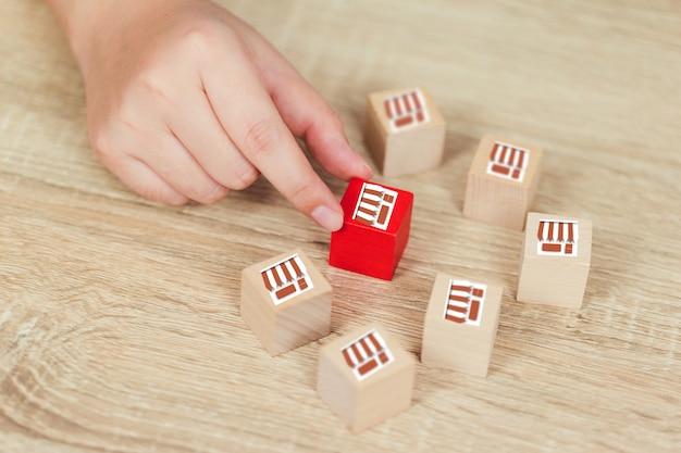 Franchise bedrijfsconcept vrouw hand kiezen hout blog met franchise marketing. Premium Foto