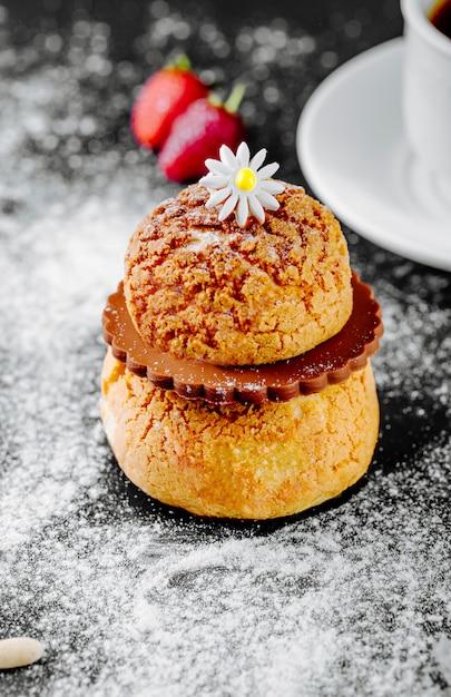 Frans dessert eclair met chocolade en een bloem bovenop. Gratis Foto
