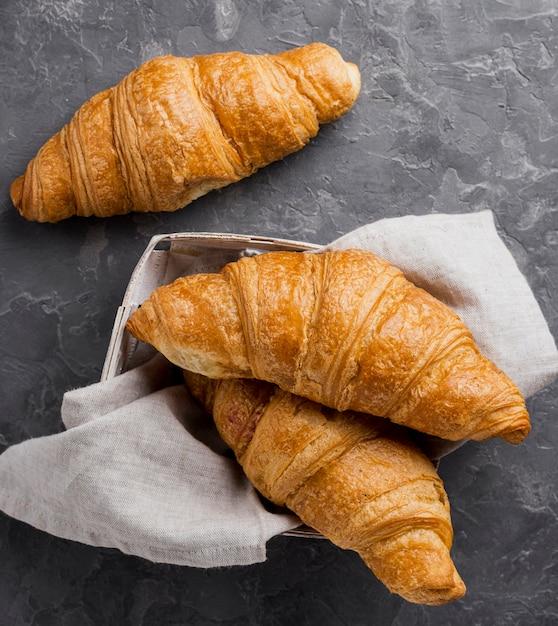 Franse croissants in kartonnen doos en doek Gratis Foto