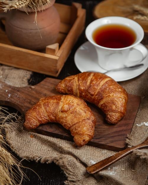 Franse croissants met een kopje thee. Gratis Foto
