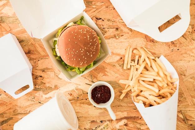 Franse frietjes; hamburger en frietjes op houten texted achtergrond Gratis Foto