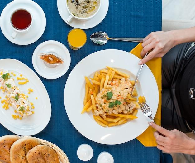 Franse frietjes met salade Gratis Foto