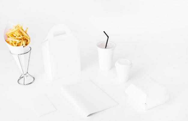 Franse frietjes; perceel en verwijdering cup op witte achtergrond Gratis Foto