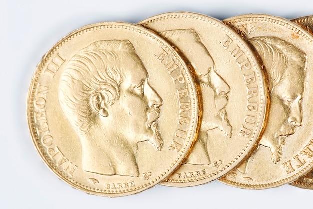 Franse gouden munten op witte achtergrond Premium Foto