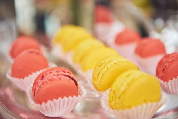 Franse kleurrijke macarons in bruiloftsbuffet Gratis Foto