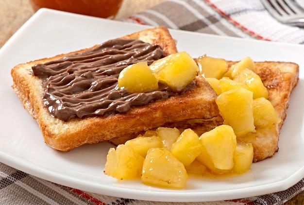 Franse toast met gekarameliseerde appels en chocoladeroom voor het ontbijt Gratis Foto