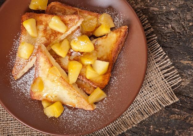 Franse toast met gekarameliseerde appels voor het ontbijt Gratis Foto