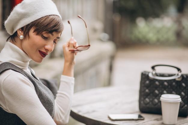 Franse vrouw koffie drinken in café op het terras Gratis Foto