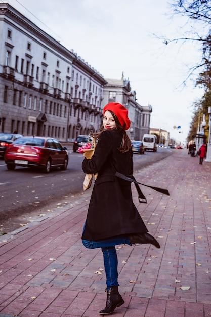 Franse vrouw met baguettes op straat in baret Gratis Foto