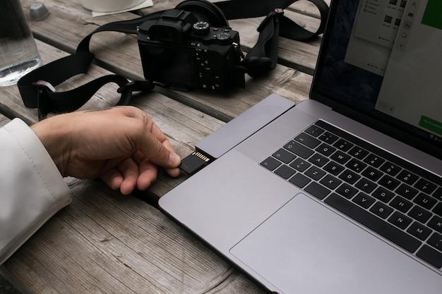 Freelance maker van inhoud gebruikt een geheugenkaartadapter Gratis Foto