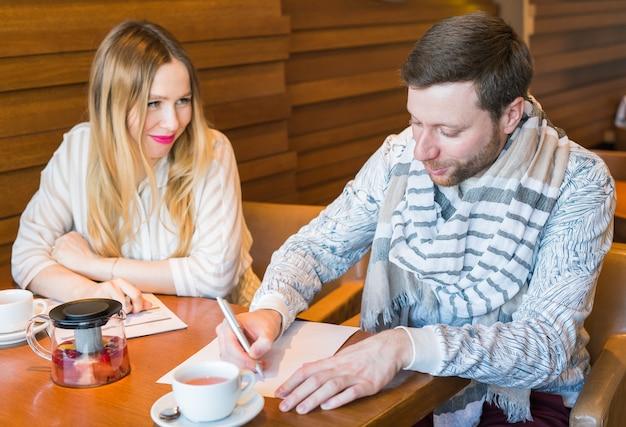 Freelance werken in koffiehuis geluk en lachend gezicht Premium Foto