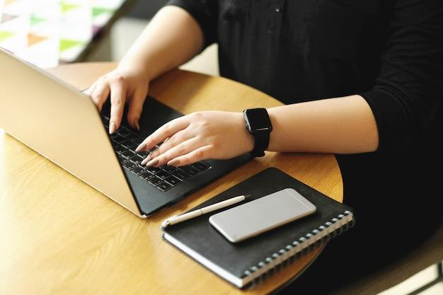 Freelancer die op laptop werkt Gratis Foto