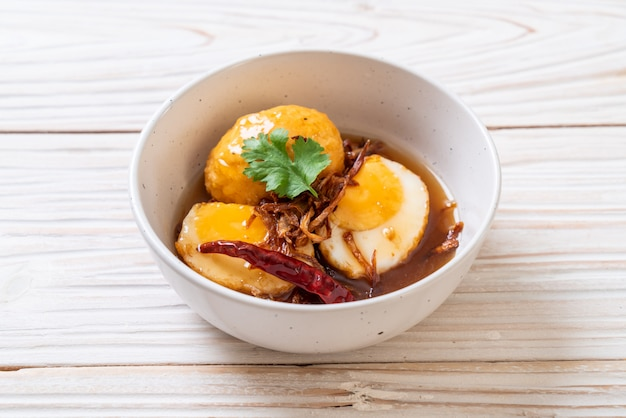 Fried boiled egg met tamarindesaus Premium Foto