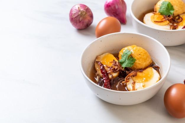 Fried boiled egg met tamarindesaus Premium Foto