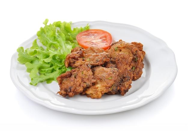 Fried fish op witte plaat Premium Foto
