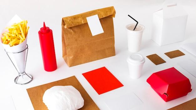 Frieten met pakketten en verwijdering cup op witte achtergrond Gratis Foto
