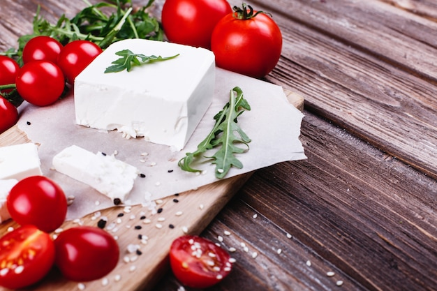 Fris en gezond eten. heerlijk italiaans diner. verse kaas geserveerd op een houten bord Gratis Foto