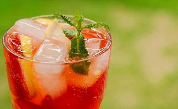 Frisse koude limonade met aardbeien, citroen en munt Premium Foto