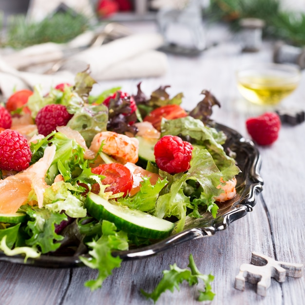 Frisse salade met gerookte zalm Premium Foto