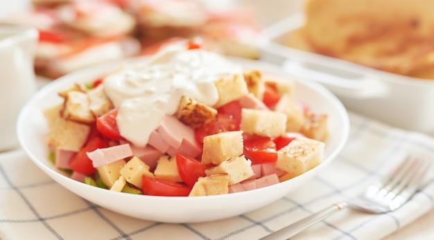 Frisse salade met kaas en ham Premium Foto