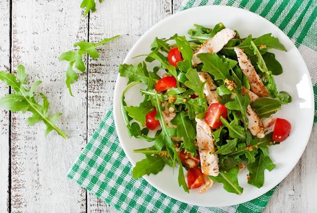 Frisse salade met kipfilet, rucola en tomaat Gratis Foto