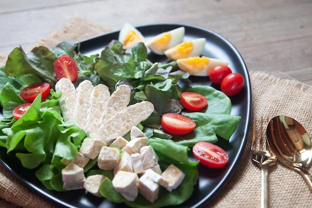 Frisse salade met tempeh of tempe, origineel plantaardig voedsel uit indonesië. Premium Foto