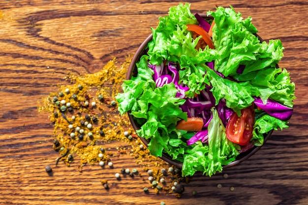 Frisse salade op houten tafel Gratis Foto