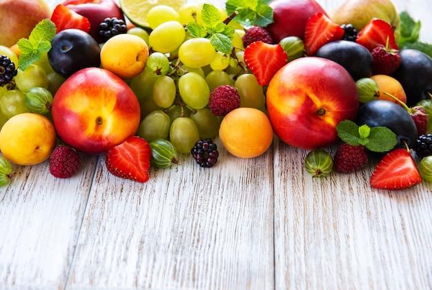 Frisse zomer fruit en bessen op een witte houten tafel Premium Foto