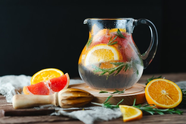 Frisse zomer limonade met grapefruit en rozemarijn op een oude houten tafel. zomer concept. Premium Foto