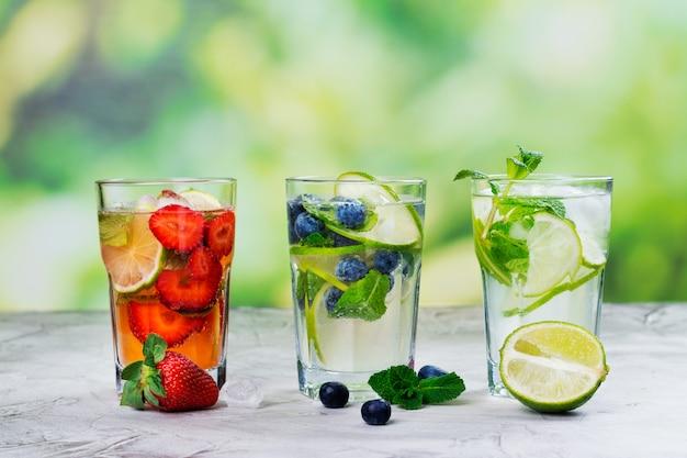 Frisse zomer limonade mojito's buiten Premium Foto