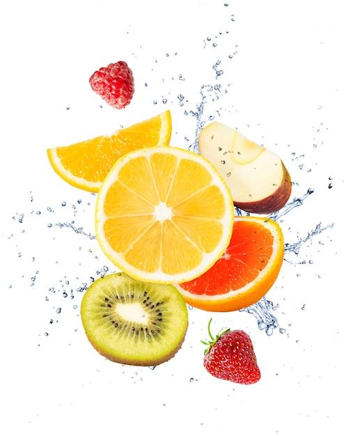 Fruit, bessen en een scheutje water op een witte achtergrond Premium Foto