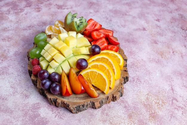 Fruit en bessen schotel, veganistische keuken. Gratis Foto