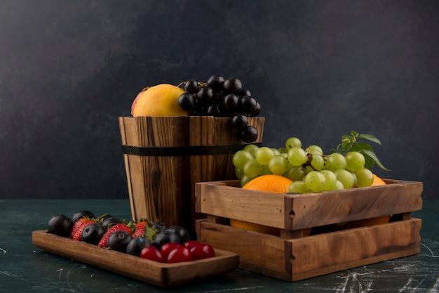 Fruit- en bessenmix in houten bakjes Gratis Foto