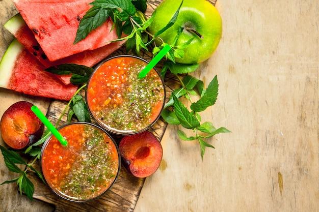 Fruit smoothie met watermeloen op houten tafel. Premium Foto